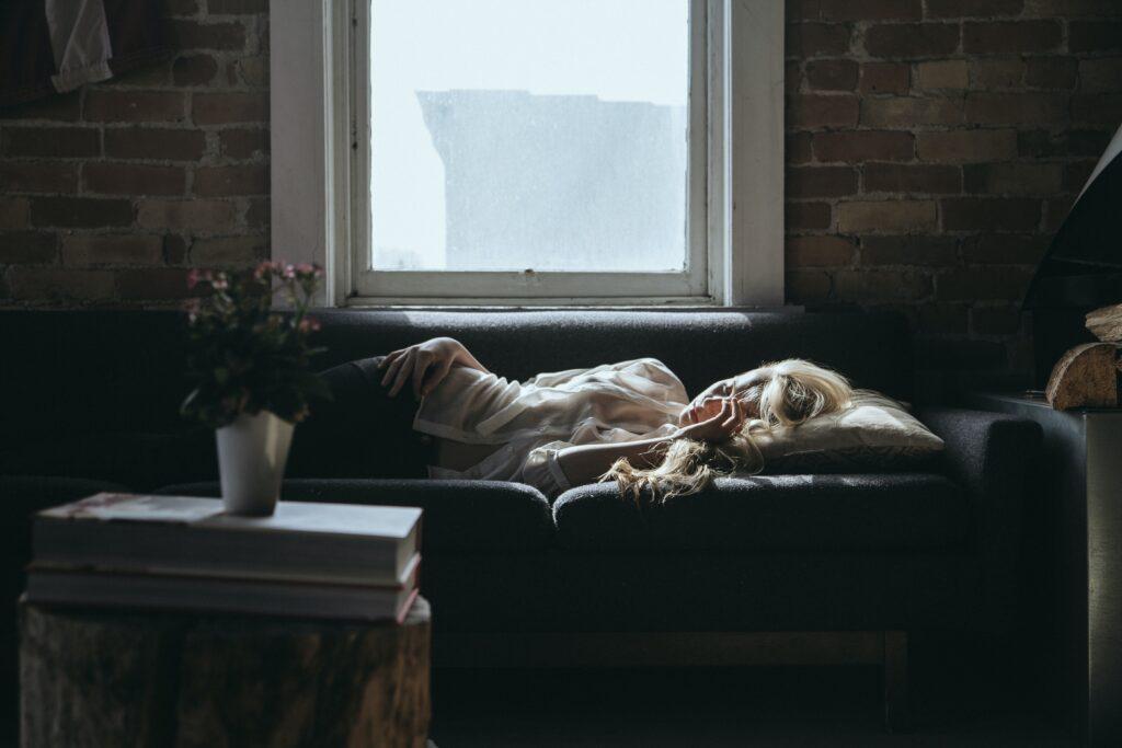 donna sdraiata sul divano