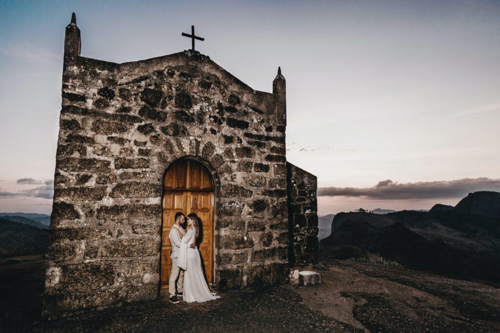 sposi davanti alla chiesa