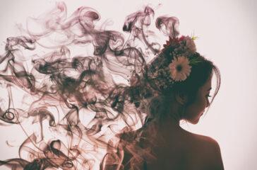 ragazza emana profumo