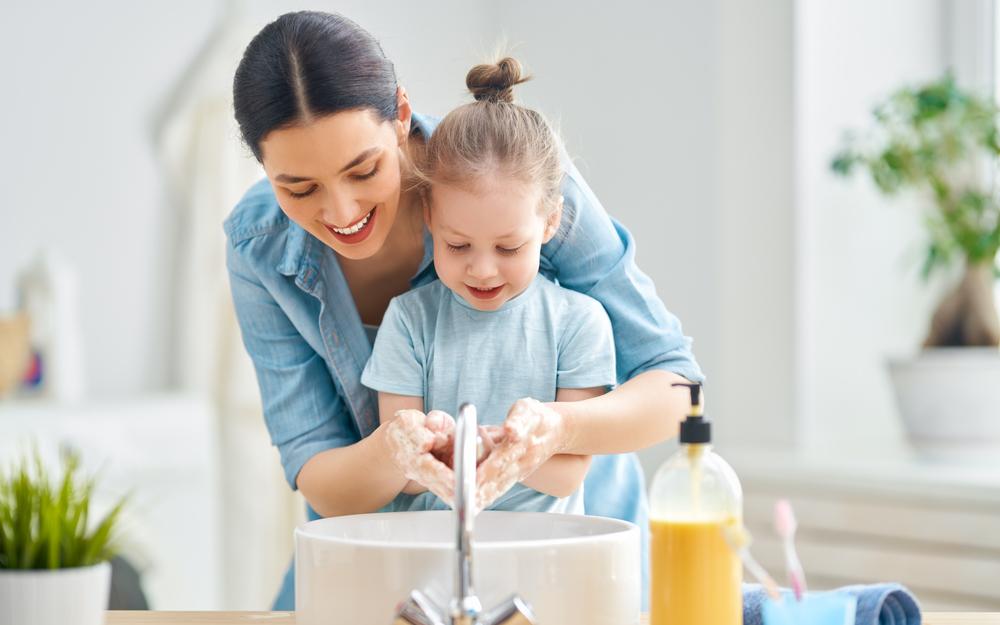 mamma e bimba lavano le mani
