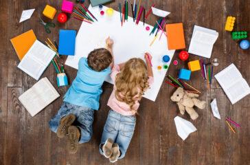 bimbi che colorano