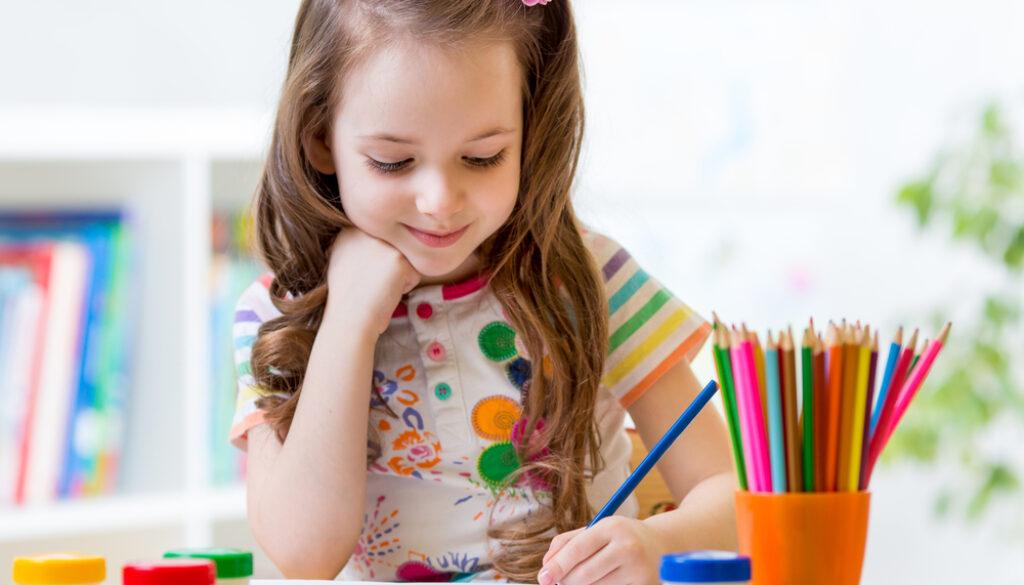 bambina che disegna