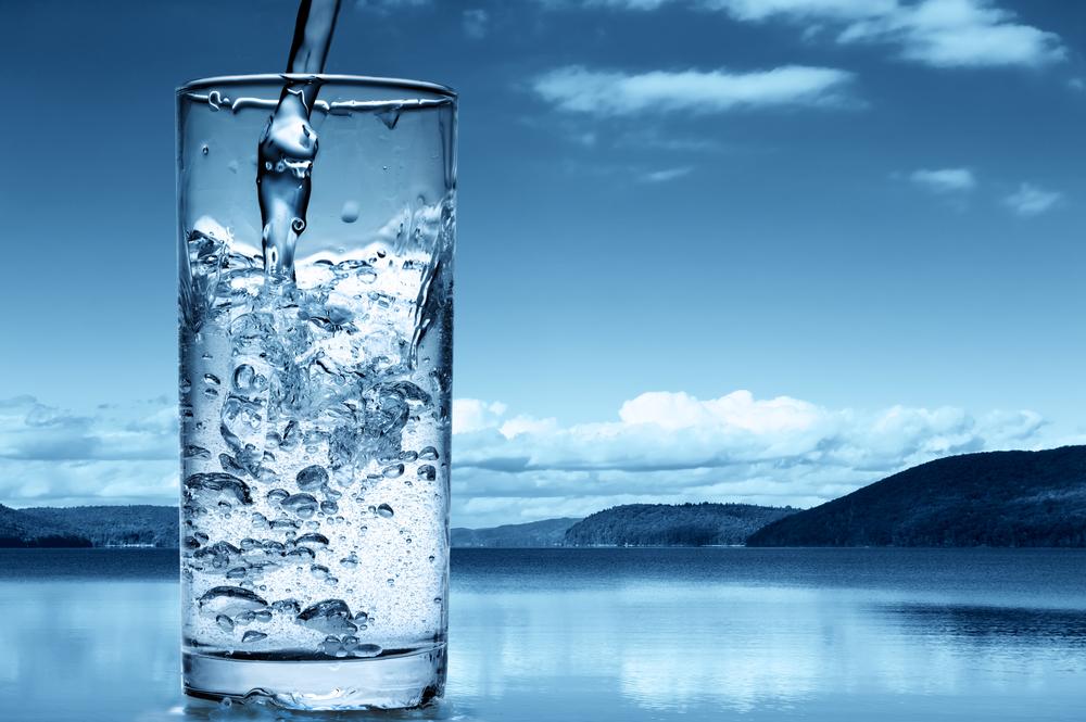 acqua in bicchiere