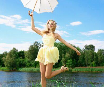 donna con ombrello al sole
