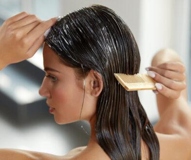 capelli bagnati con balsamo